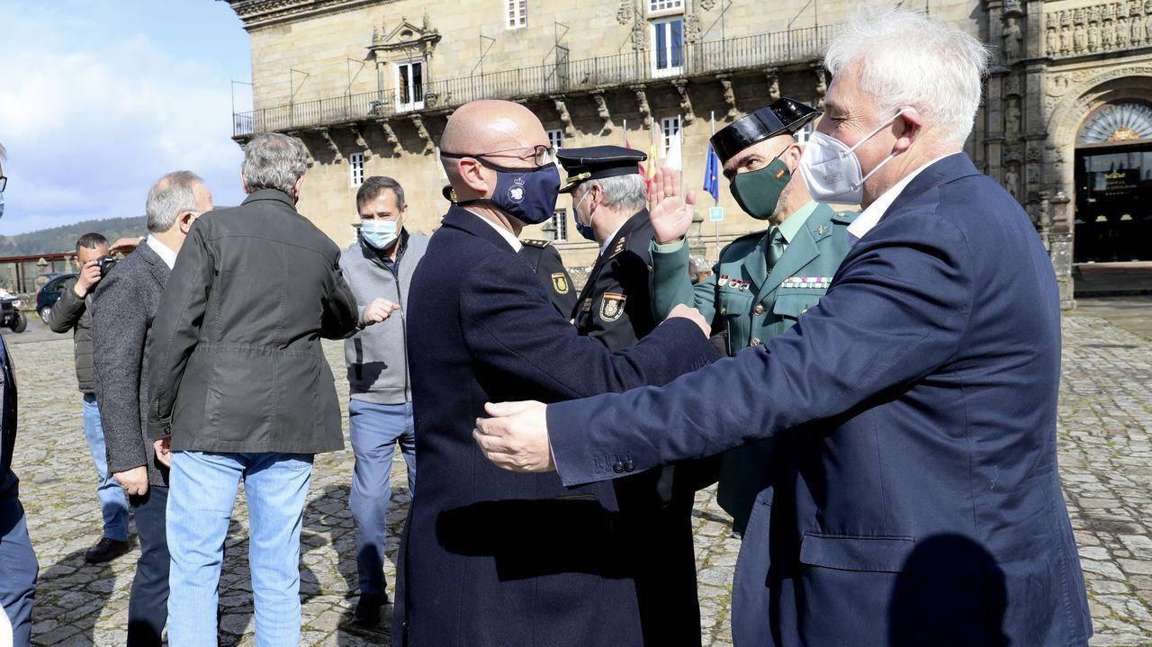 El primer jefe de Protección Civil, José Manuel Traba (derecha), saluda al concejal de Seguridad Cidadá, Gonzalo Muíños