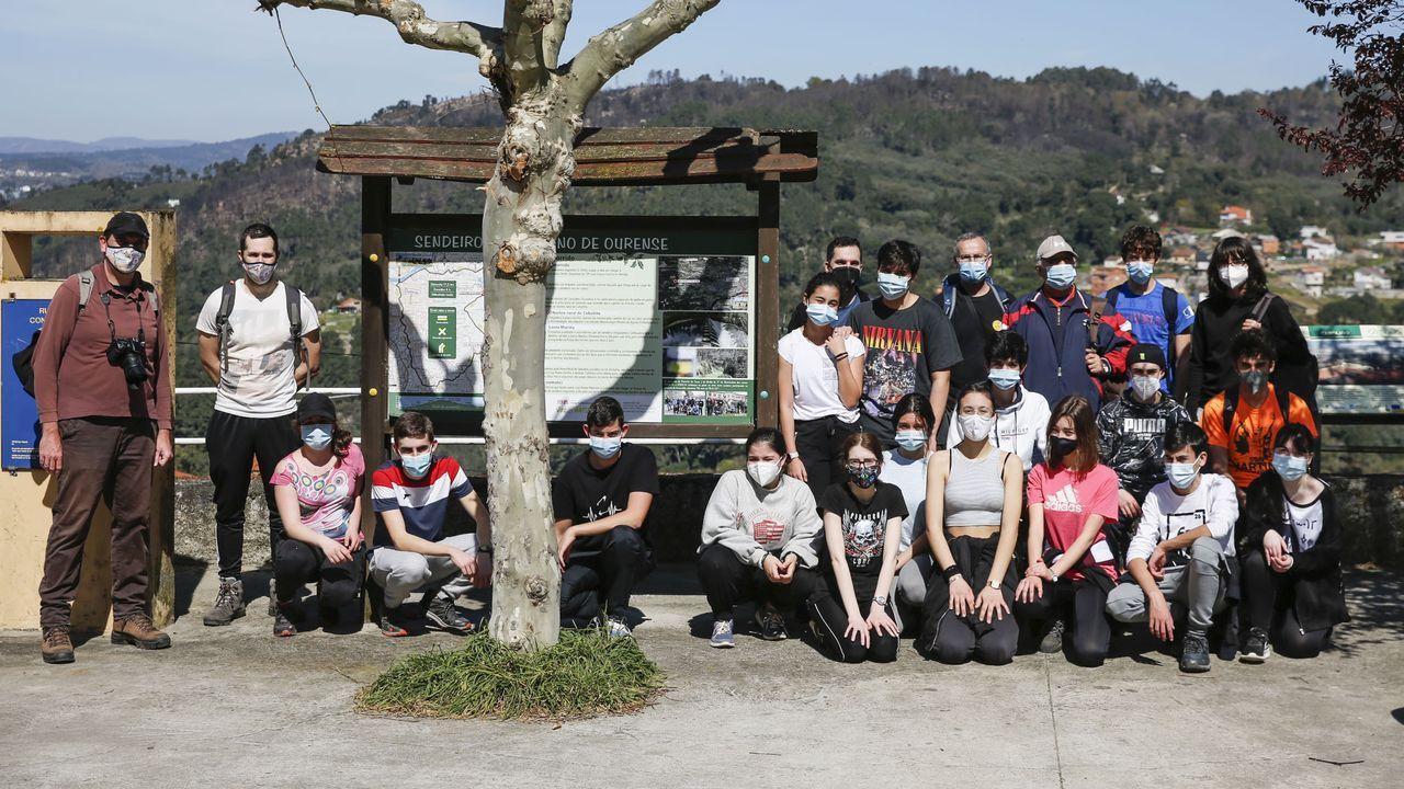 Voz Natura en el colegio Torre-Cela de Bueu.Los escolares participantes en un alto en el camino en Ceboliño