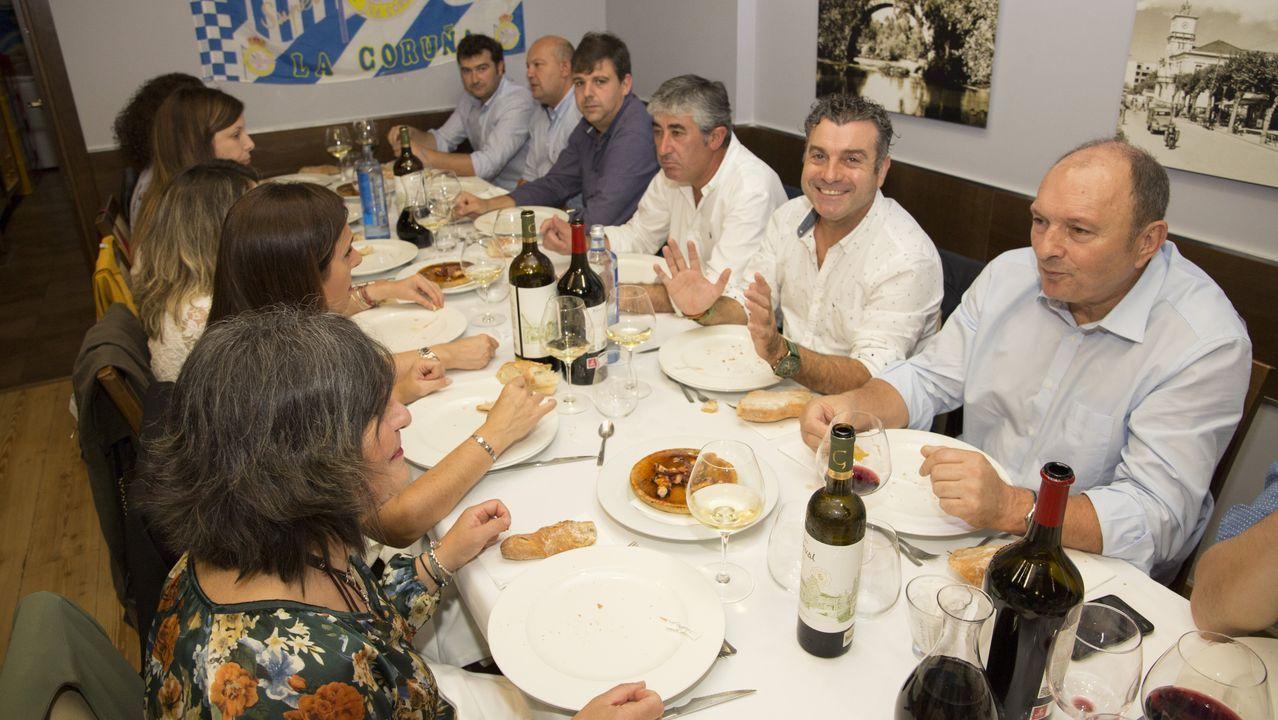 Así fue la comida anual de la Peña Deportivista Carballo: ¡Las imágenes!.Christian Fernández pugna por un esférico con Renato Santos