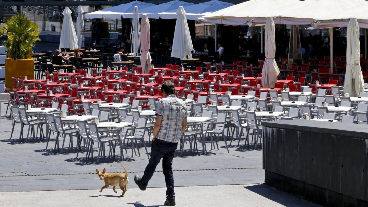 Imagen de la reapertura de la hostelería este fin de semana. Agentes controlan los aforos y las medidas de seguridad en Santiago