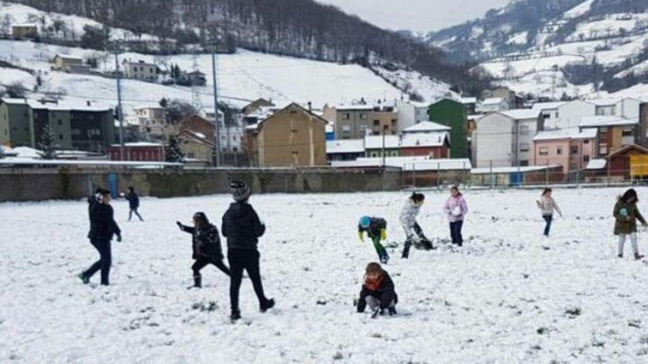 Nieve en Oviedo.Un grupo de niños juega con la nieve en Ujo, Mieres