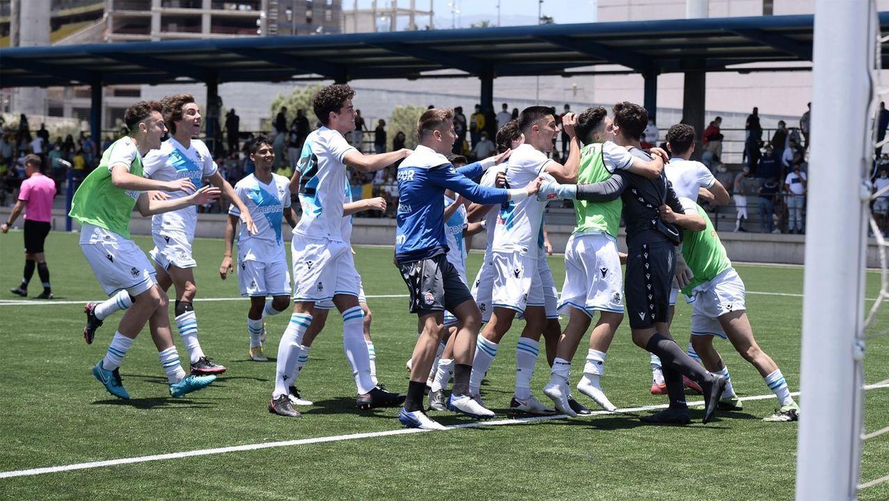 Los jugadores del Unión Club Ceares celebran el ascenso en El Entrego con sus aficionados