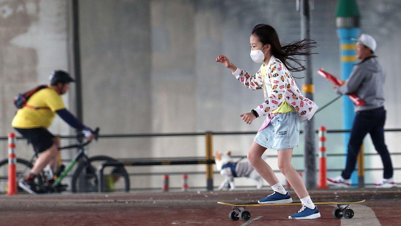 Una niña juega con un patinete en Seúl, donde han cerrado de nuevo los bares