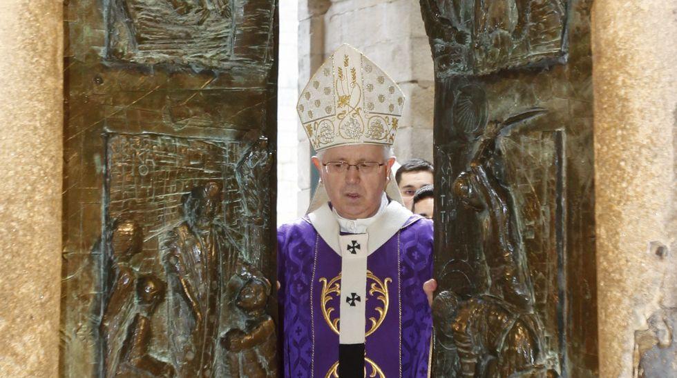 Apertura de la puerta de la misericordia de la Catedral de Santiago.El arzobispo de Santiago, Julián Barrio, inauguró la nave de Arroupa en el polígono del Tambre.
