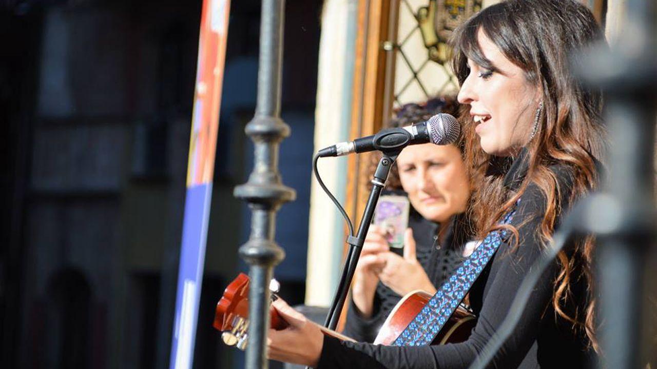 Marisa Valle Roso canta la canción contra la violencia de género que ha compuesto en el Ayuntamiento de Oviedo