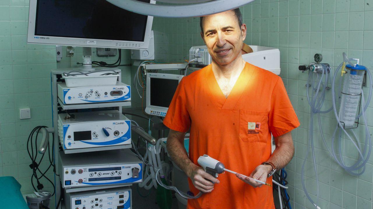 El urólogo Andrés Rodríguez Alonso en el hospital Juan Cardona