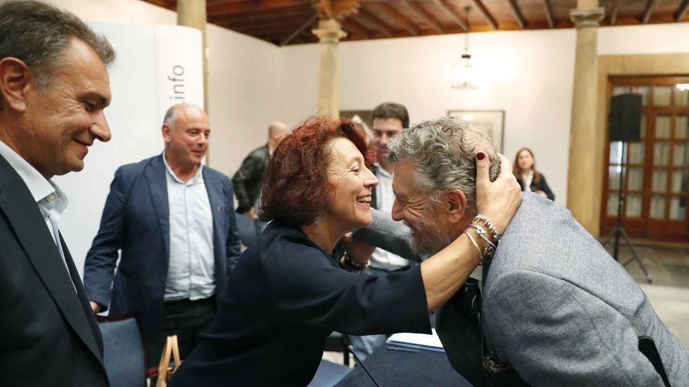 Infografía con la reforma integral del hospital de Cabueñes, en Gijón.Cecilia Pérez saluda a Garcia Palacios