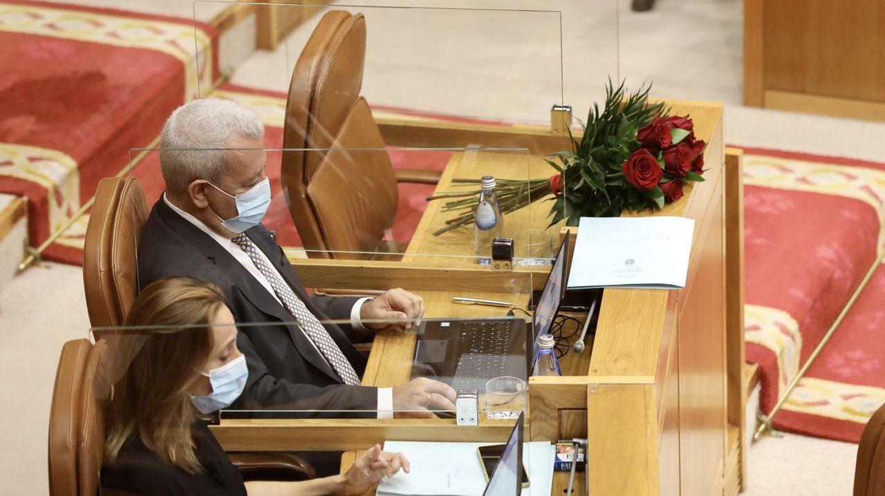 Feijoo respondiendo a Ana Pontón, que le muestra una foto suya con el presidente de Iberdrola en el año 2009, durante el debate sobre el sector eólico, esta mañana en el Parlamento gallego
