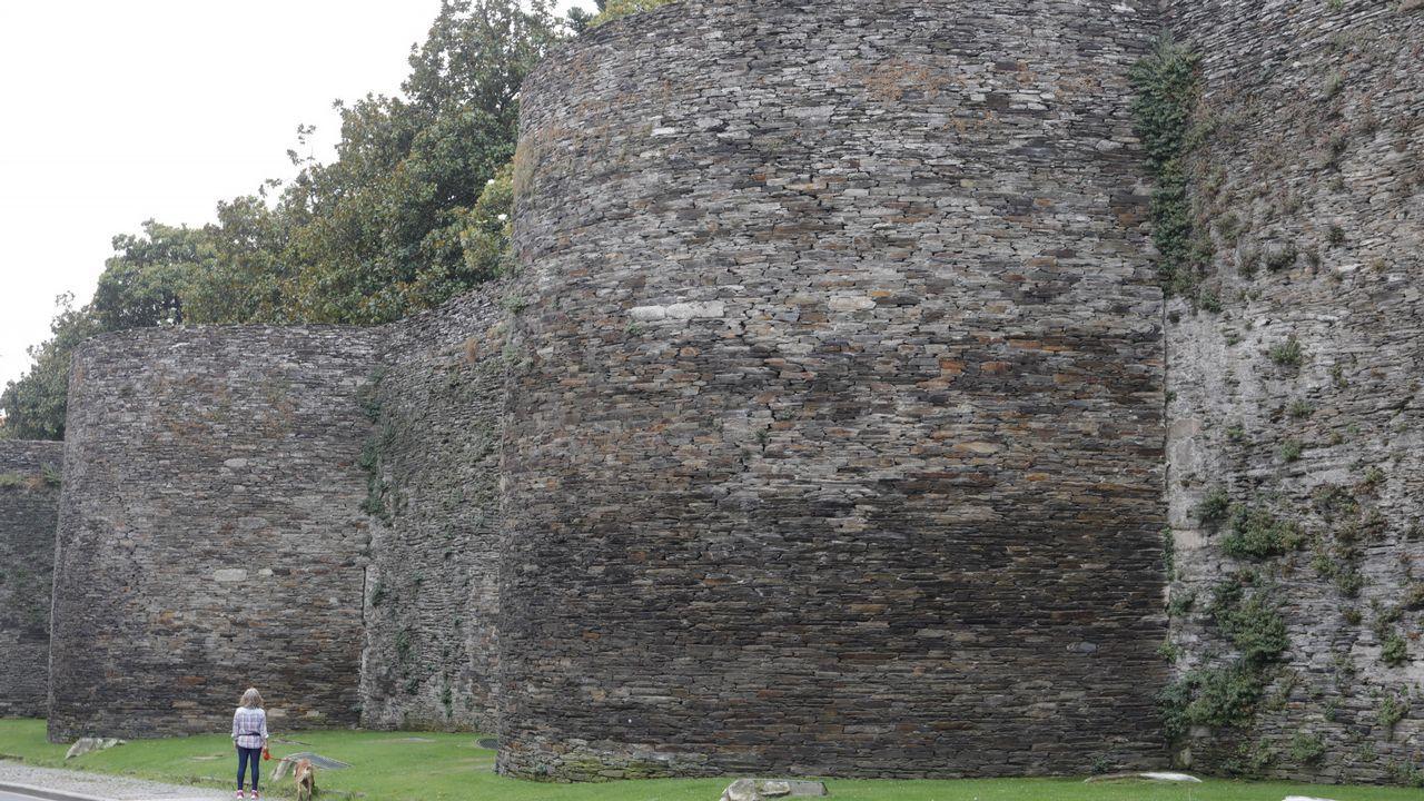 La Xunta reconstruirá cuatro cubos de la muralla de Lugo para evitar desplomes.Cubos 70-71. Estado actual. Grietas verticales, desde la base hasta arriba. En la base la pizarra está ennegrecida por la humedad. Fisuras discontinuas en la unión de cubo y lienzos. Como patologías, sufren filtraciones por capilaridad en la base del cubo. El asiento de relleno del área del cubo descalzó la losas de hormigón que no aguantan el peso de relleno, lo que causa los empujes en los muros exteriores. Restauración. Foso hasta terreno firme para apoyar la cimentación de muros y contrafuertes, colocación de doble lámina de polietileno en pendiente, colocación de grava en las láminas, muros de mampostería de losa de 1 de ancho y 2 de largo, tres contrafuertes de 2 metros de largo de mampostería de losa con mortero de cal y arena, colocación de perfiles de acero, chapas, láminas de geotextil, impermeabilización de caucho butilo, relleno de capa de arcilla natural y acabado a base de zahorra compactada.