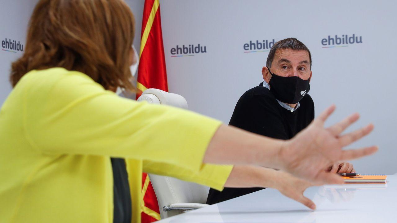En primer término, el sindicalista Pablo Fragoso, en una concentracion ante el juzgado que le multó por animar a quemar una bandera española
