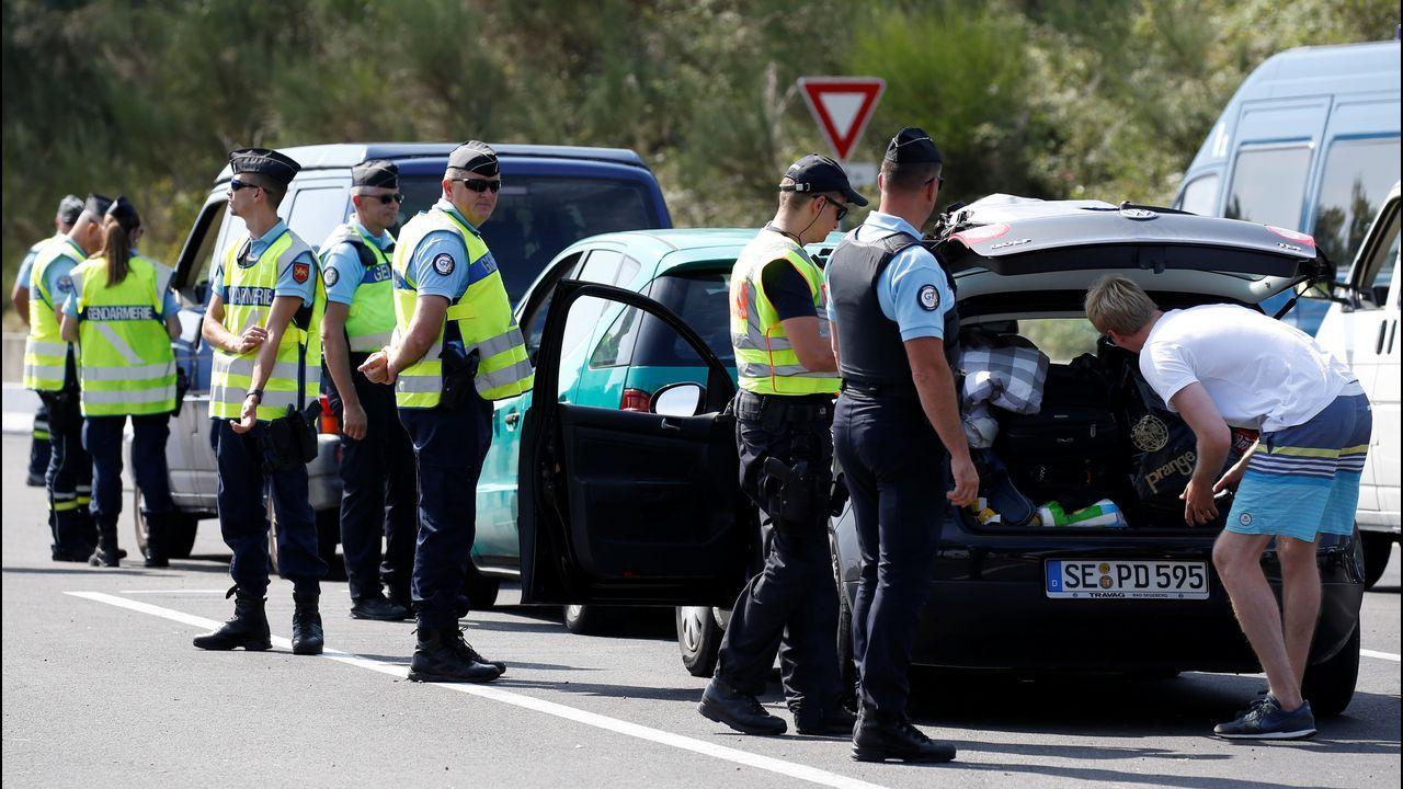 Gendarmes franceses revisan varios vehículos en una estación de peaje en Anglet antes de la cumbre del G7