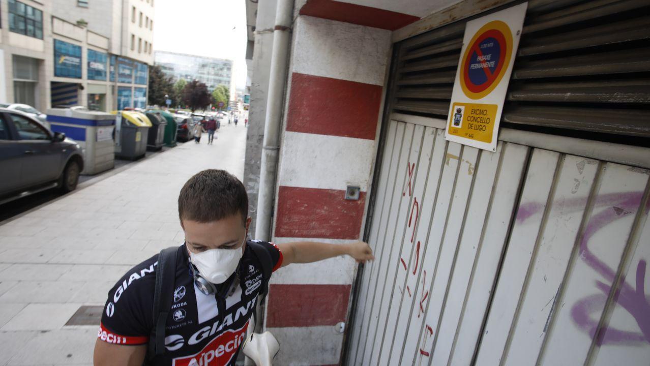 Un joven ante un vado en el centro de Lugo