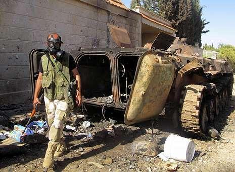 Un combatiente del Ejército Libre de Siria con una máscara de gas, cerca de Idlib.