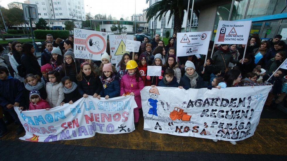 Padres y alumnos del colegio Ramón de la Sagra se concentran delante del edificio de la Xunta en Monelos