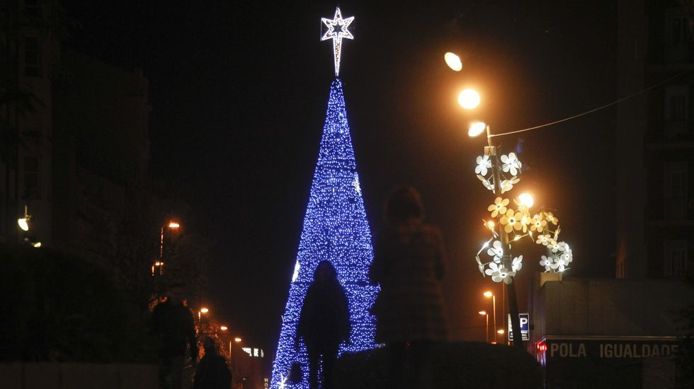 Gran cono luminoso colocado en años anteriores en la plaza de España