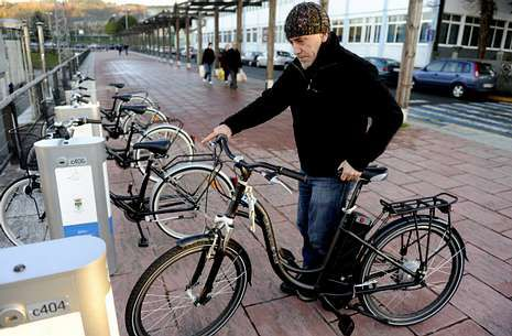 El número de usuarios es mínimo, y el Concello retiró hace más de un año bicis eléctricas como esta.