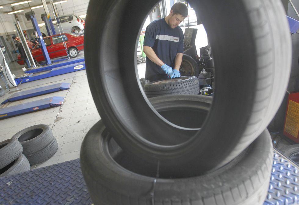 Imagen de los trabajos de cambio de ruedas en el taller de Norauto, en A Gándara.