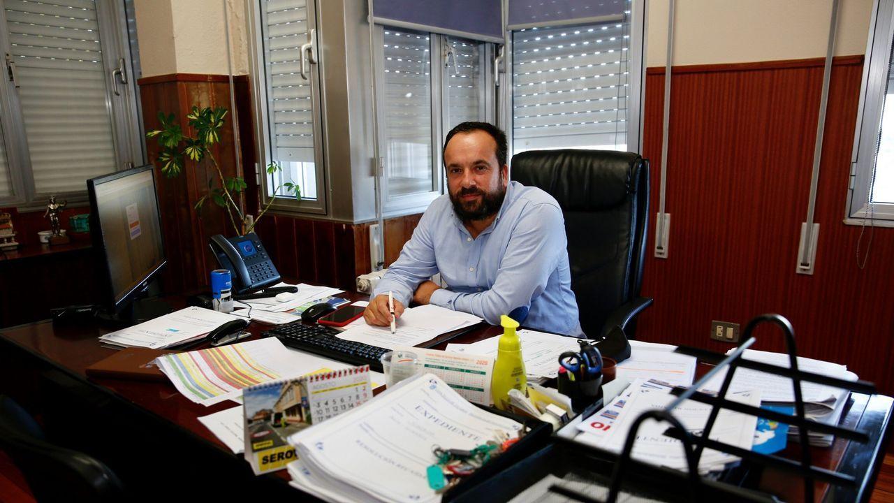 El alcalde de Vilaboa, César Poza (PSOE), en una imagen del pasado agosto tomada en su despacho