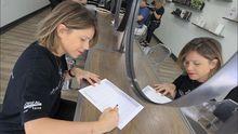 En el Salón de Marina Allegue, las peluqueras fichan de manera manual, escribiendo su hora de entrada y salida en un papel