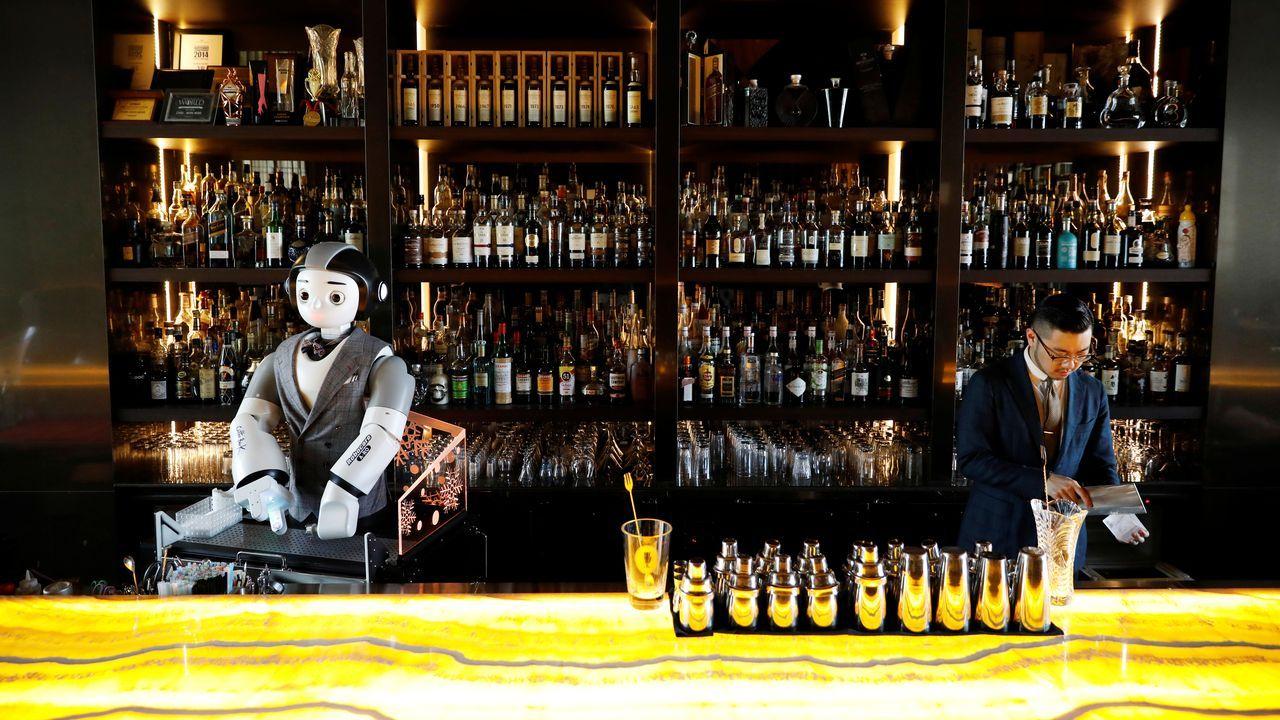 En un bar de Seúl han recurrido a un robot que talla el hielo para minimizar el contacto y prevenir los contagios
