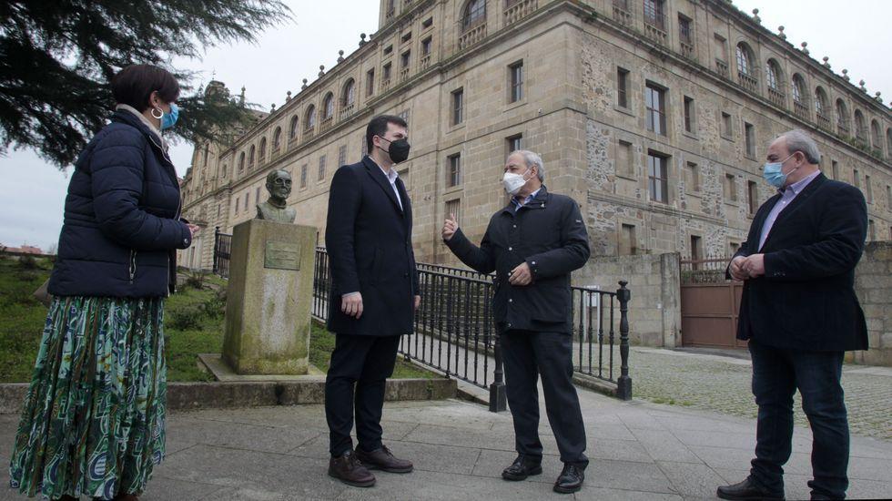 Gonzalo Caballero y José Tomé, ayer junto al colegio de la Compañía
