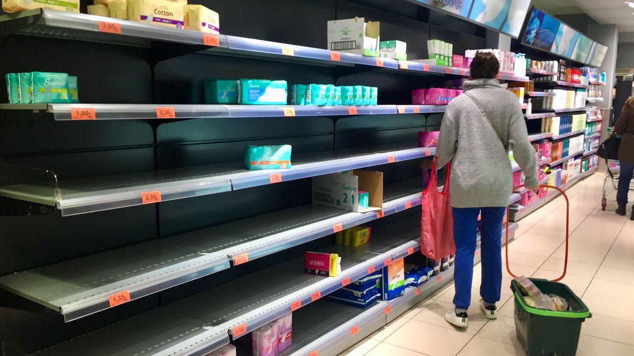 Supermercado con estanterías vacías en Santiago