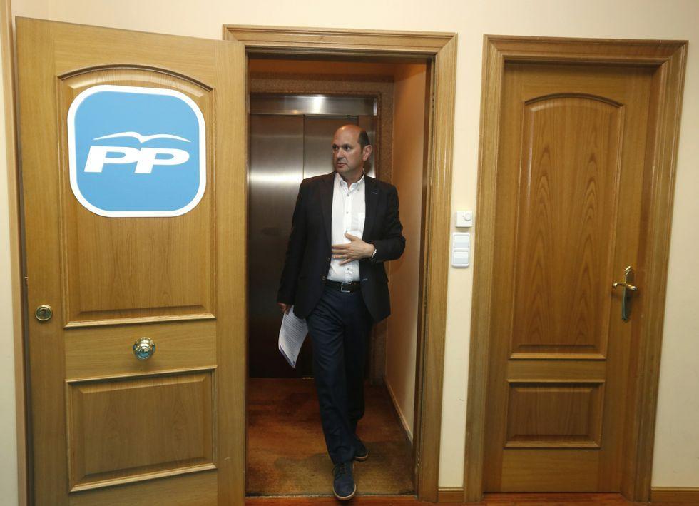 Rafael Louzán, en la sede provincial del PP, en la noche electoral, tras conocerse los resultados.