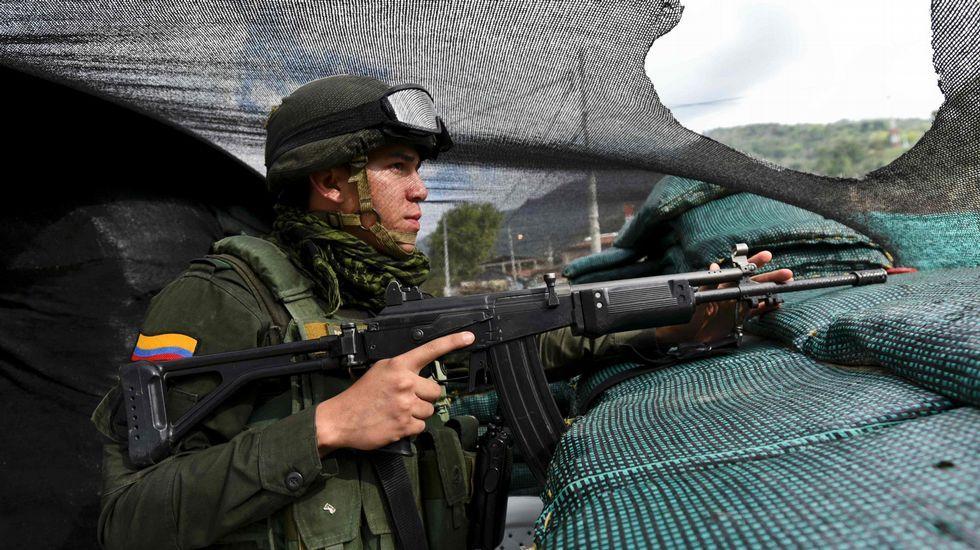 Los jóvenes americanos que viven en Galicia apuestan por Hillary.Un soldado hace guardia en un puesto avanzado en la región de Cauca, en un área de fuerte presencia de las FARC.