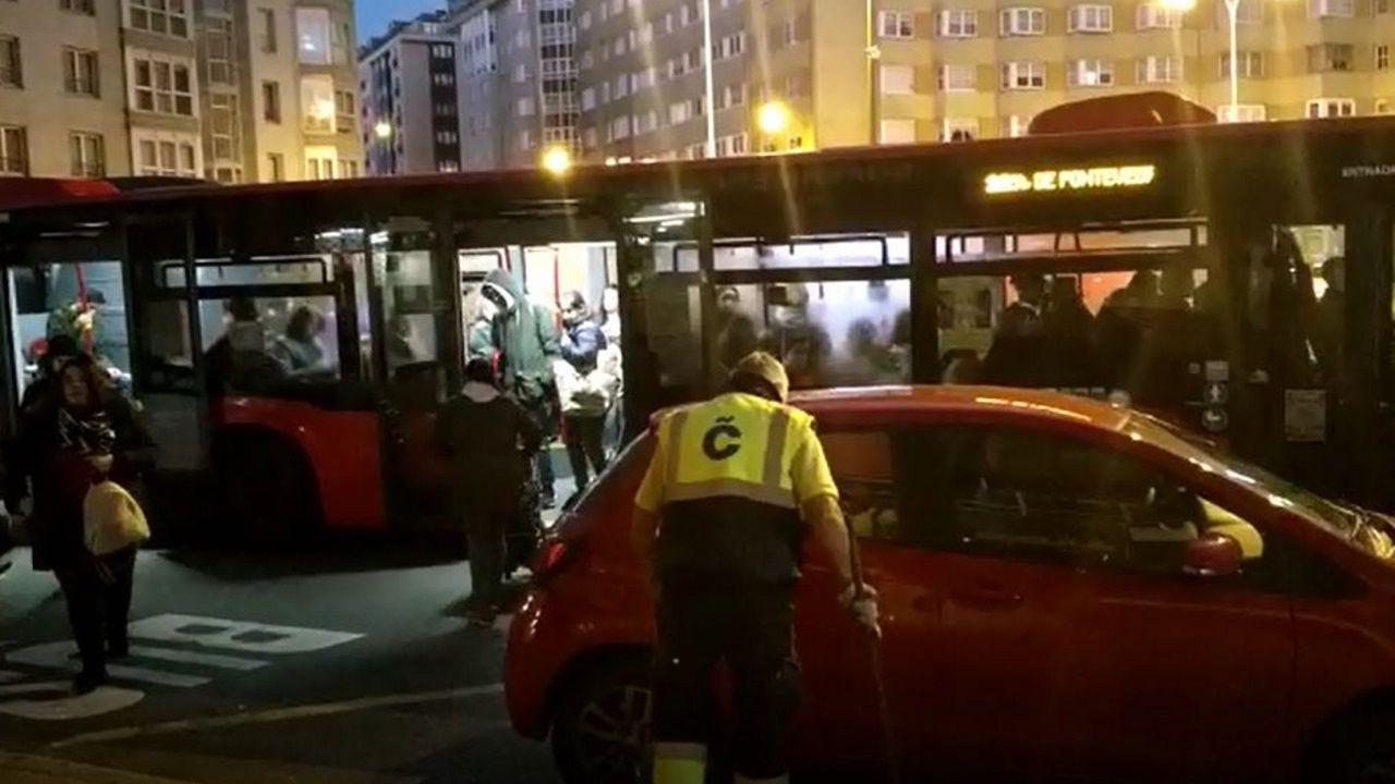 Marquesina ocupada por vehículos en ronda de Outeiro