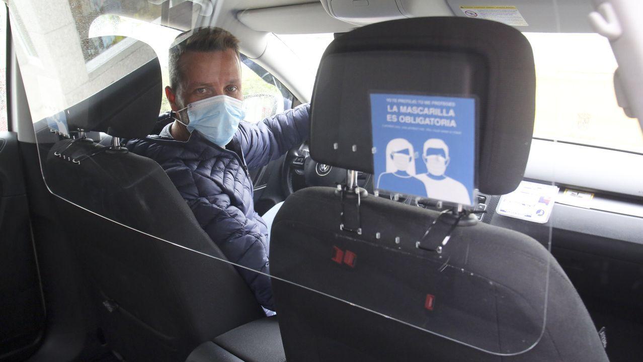 Alejandro Ramil, taxista en Narón, con la pantalla anti covid que ha instalado en el coche