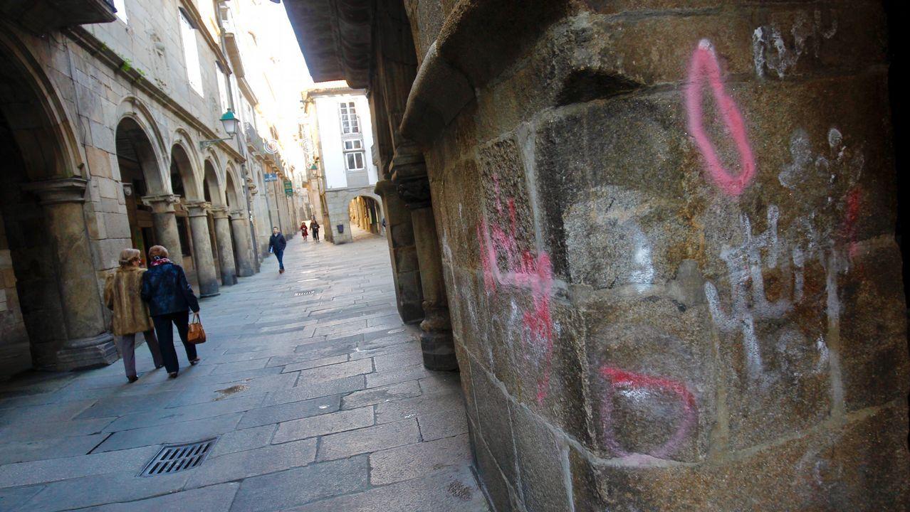Los soportales de la Rúa do Vilar, en Santiago, no escapan al ataque de los vándalos