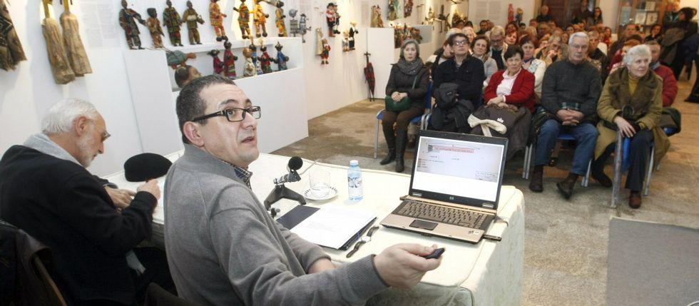 Temporal de nieve en Galicia.Montenegro, con Felipe Arias, durante una charla sobre el monumento en el Museo Provincial.