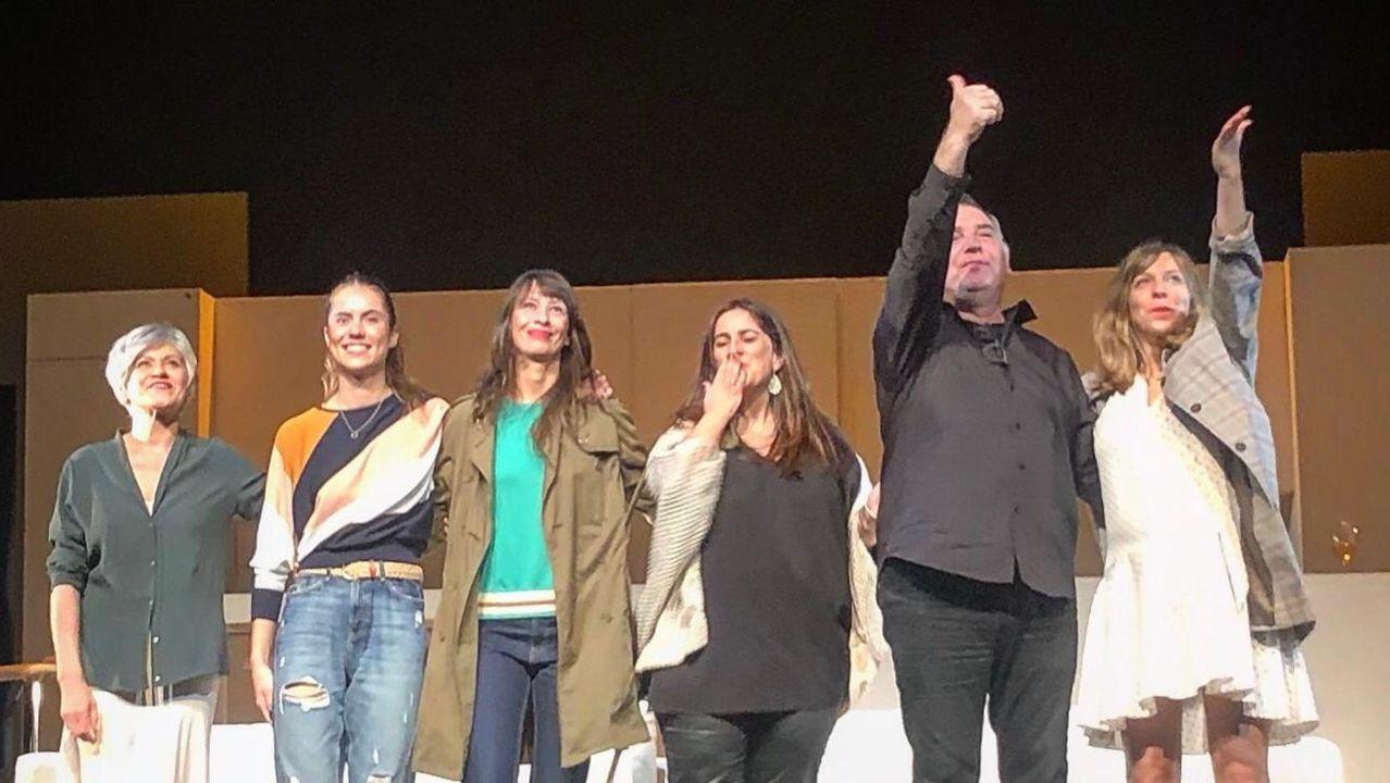 Arantza Portabales con las actrices y el director de la obra de su libro «Deje su mensaje después de la señal»