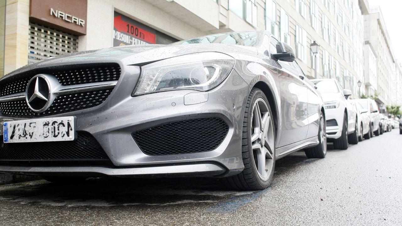 Uno de los 418 Mercedes Benz censados en Viveiro, aparcado con modelos de otras marcas en el centro urbano