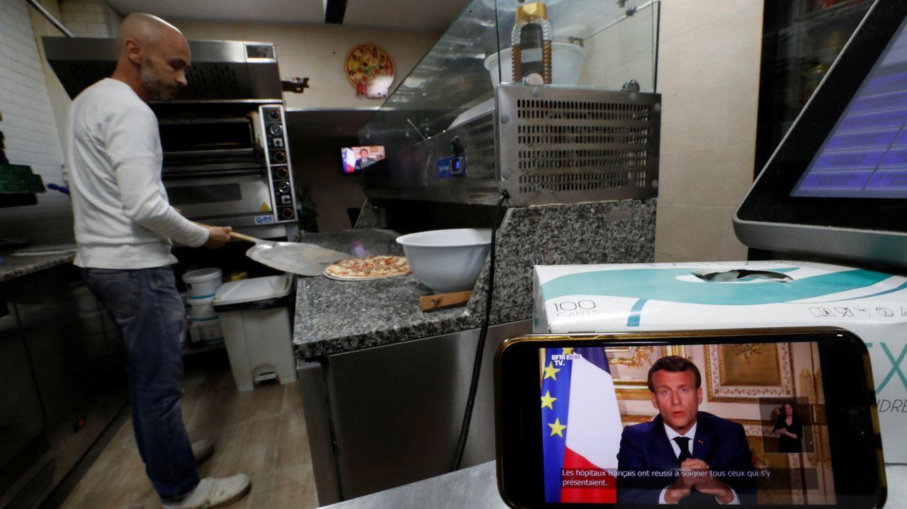 Así estrenó Galicia el cambio de fase.Un francés sigue la comparecencia televisiva de Macron