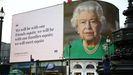 Imagen de la reina Isabel II y parte de su discurso del pasado domingo, en una pantalla en Piccadilly Circus, en Londres