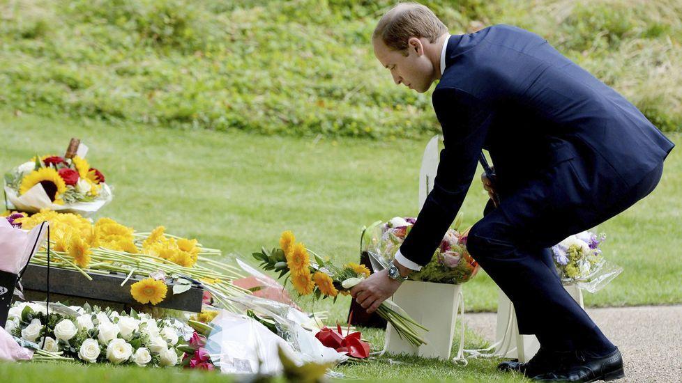 El príncipe Guillermo deposita flores en recuerdo a las víctimas