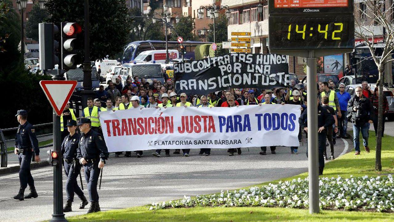 Imagen del paso de la marcha minera por Oviedo