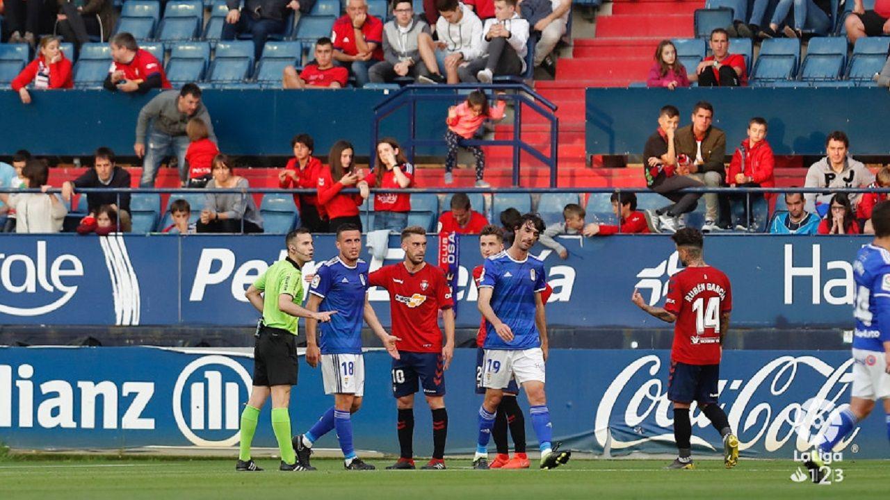 Carlos Martinez Christian Fernandez Osasuna Real Oviedo El Sadar.Javi Hernández trata de impedir el avance de Xisco
