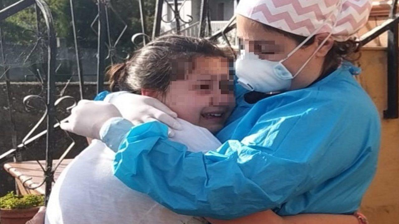 Irene, de 10 años, abraza a su madre, María. La trabajadora del Chuac dejó su casa para evitar el riesgo de contagio a su familia