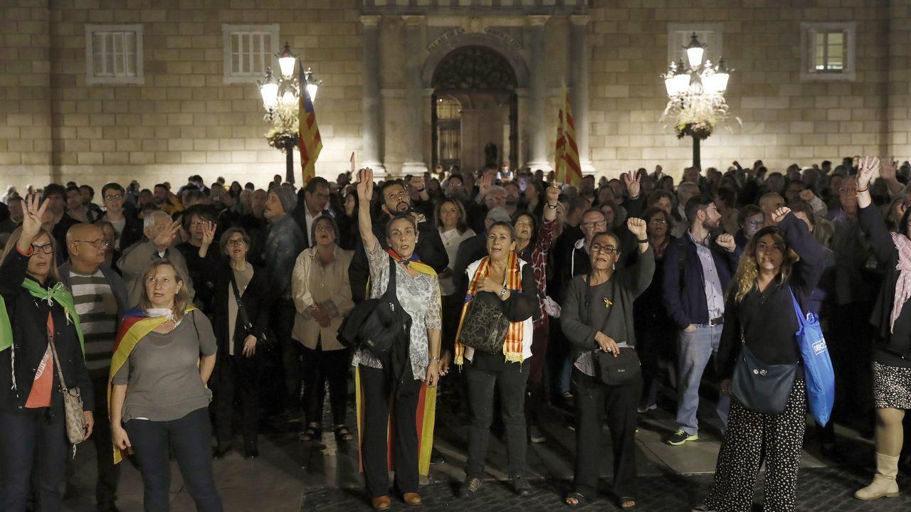Cientos de personas se concentraron en la plaza de Sant Jaume tras conocer la decisión de la jueza Lamela de enviar a Junqueras y otros siete exconsejeros catalanes a prisió.