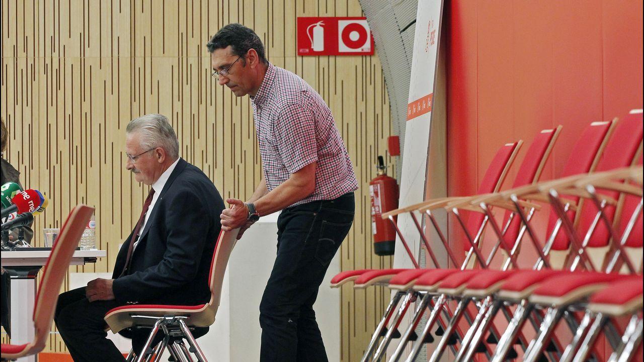 Juan Carlos Rodríguez Ibarra, junto a Felipe González, en la presentación de un libro.El diputado socialista por Asturias, Antonio Trevín,