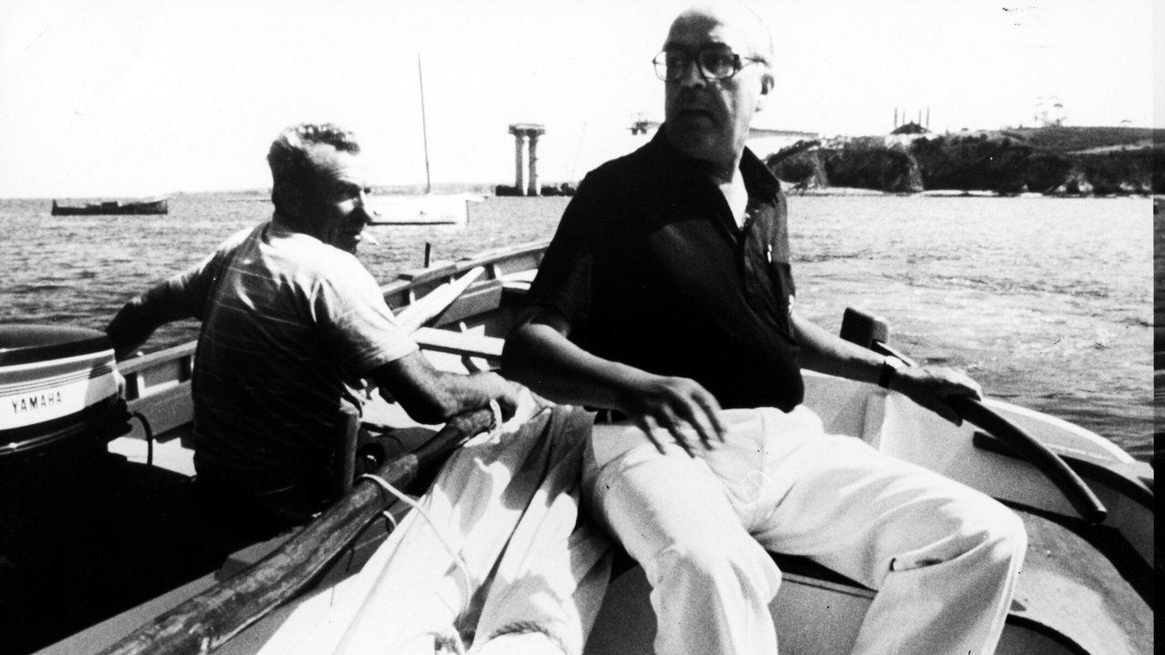 Leopoldo Calvo--Sotelo, navegando por la ría de Ribadeo en los años ochenta, con el Puente de los Santos en obras detrás