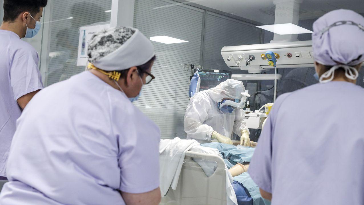 Fernando Simón desglosa los últimos datos de la crisis sanitaria.Una pasajera con mascarilla, ayer, en la estación de Canning Town, en la zona Este de Londres