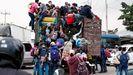 Un grupo de hondureños se dirigen, a bordo de un camión, hacia la frontera con Guatemala en su ruta a Estados Unidos