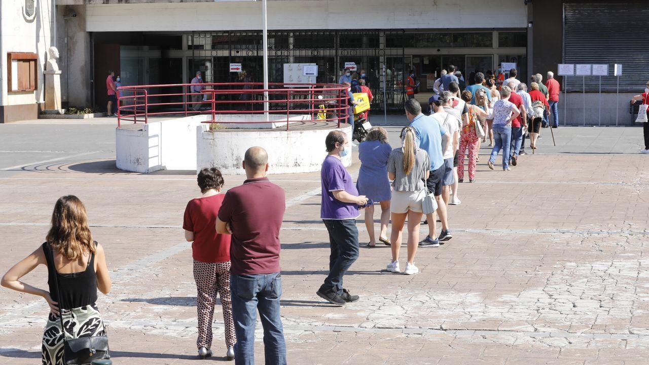 Desde primera hora se suceden las colas en distintos colegios electorales, como en este del Concello de Vigo