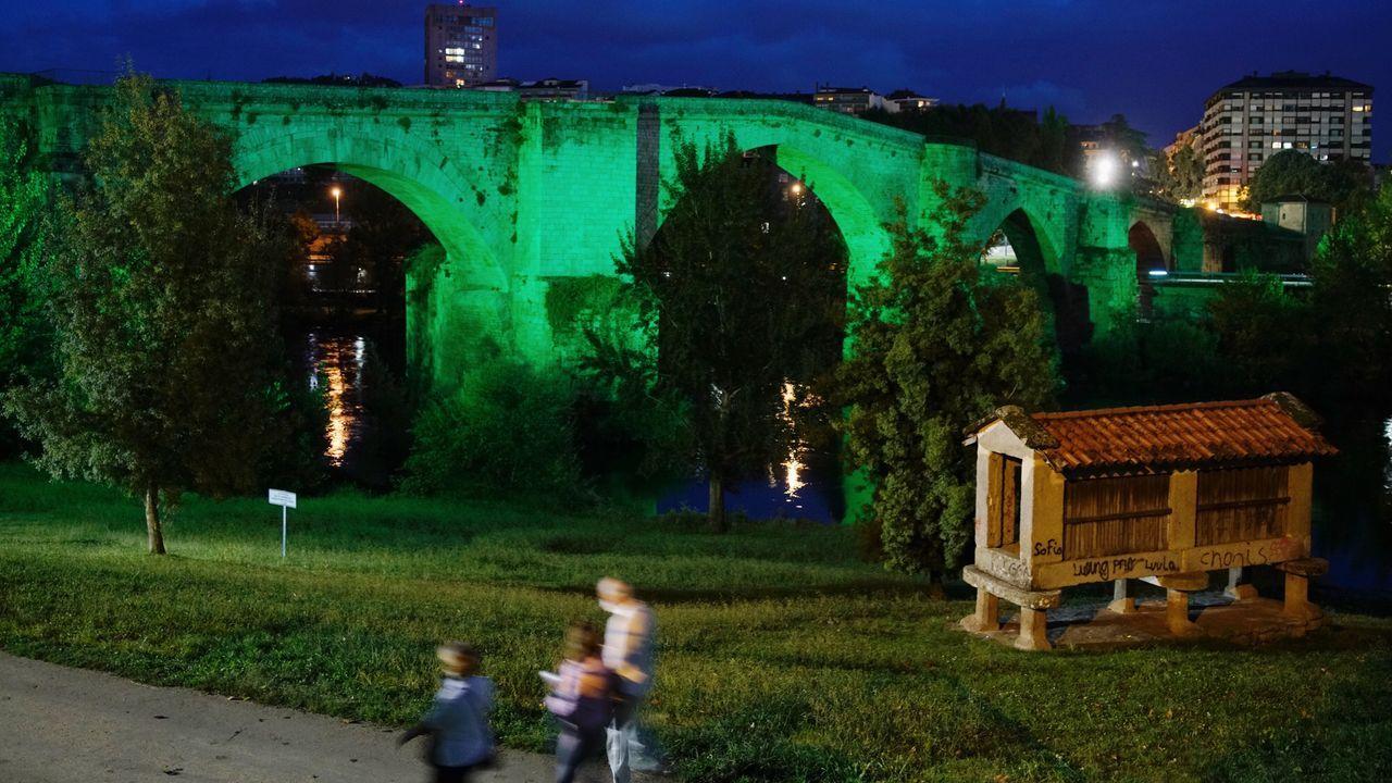 Puente romano iluminado de verde