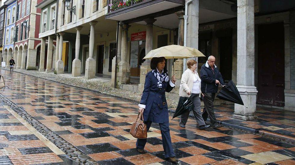Dani Rovira en el Teatro Campoamor.Fina Clemente, tras el mostrador de su tienda de la Calle Mon.