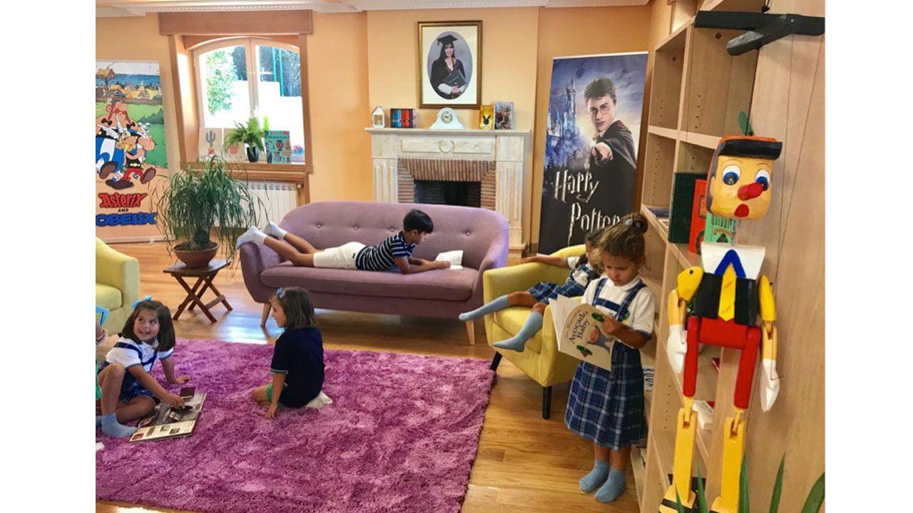 Los niños y las  niñas disfrutan de su gran Biblioteca, donde pueden escoger libros en cinco idiomas diferentes