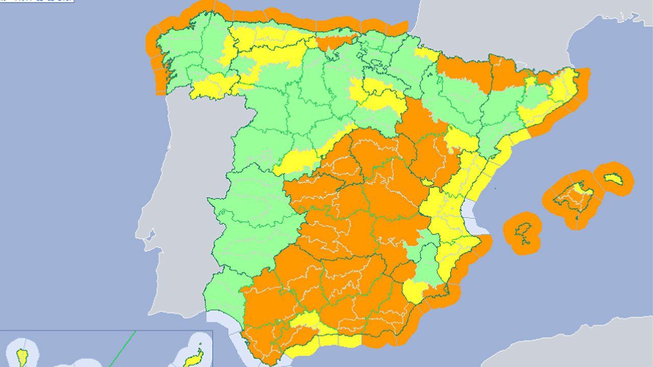 Imagen de la nube de contaminación en Gijón tomada por la Coordinadora Ecologista.El ministro de Fomento, Íñigo de la Serna (3i), en el centro, junto al alcalde de León, Antonio Silván